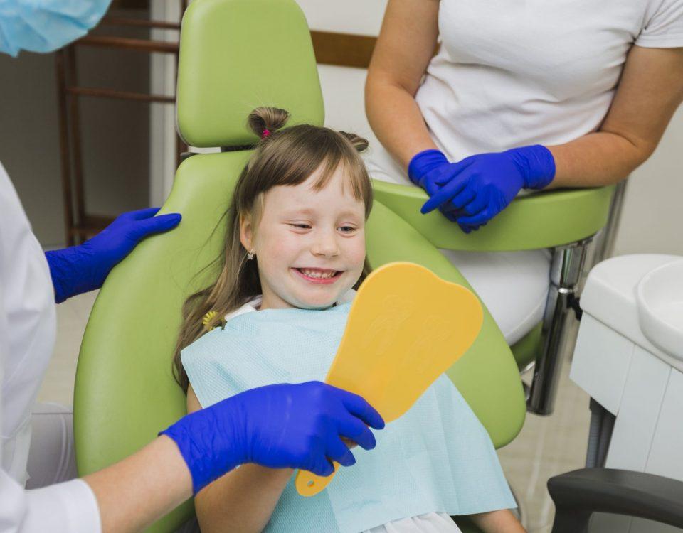 dziecko u dentysty leczenie zębów mlecznych
