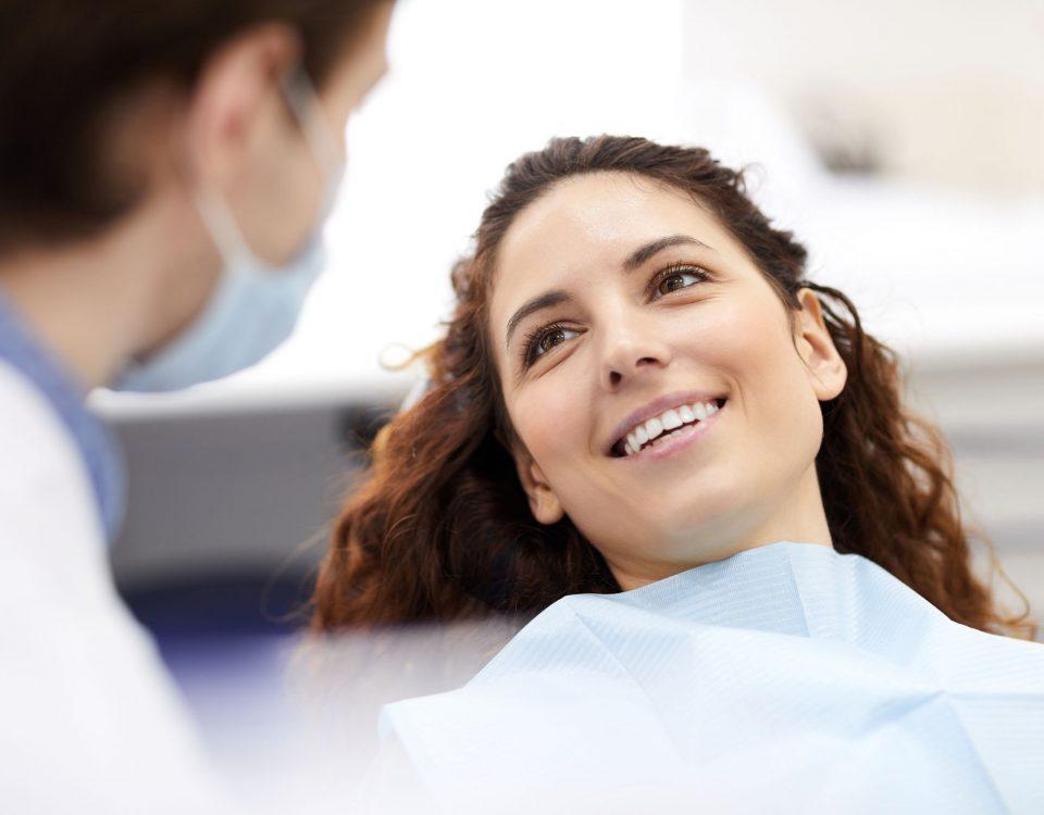Licówki stomatologiczne zakładane w gabinecie stomatologicznym przez dentystę